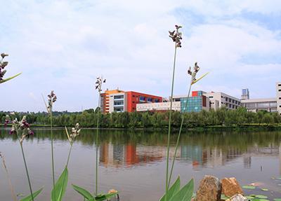 学校湖水.jpg