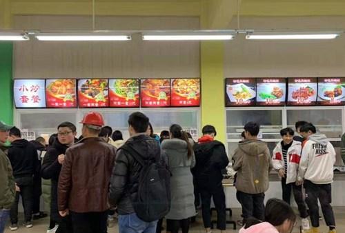 成都华夏旅游商务学校学生食堂就餐